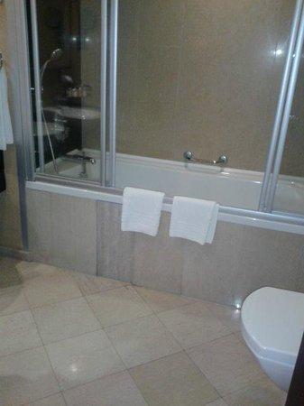 Ramada Ankara: nice & clean deep big bathtub