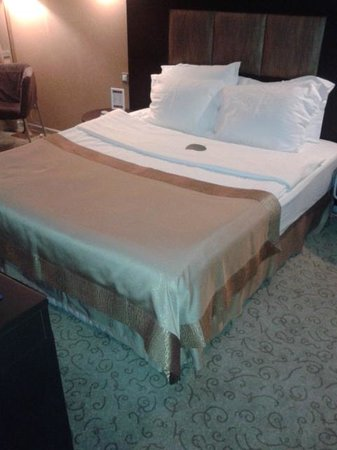 Ramada Ankara: comfortable bed with another large television