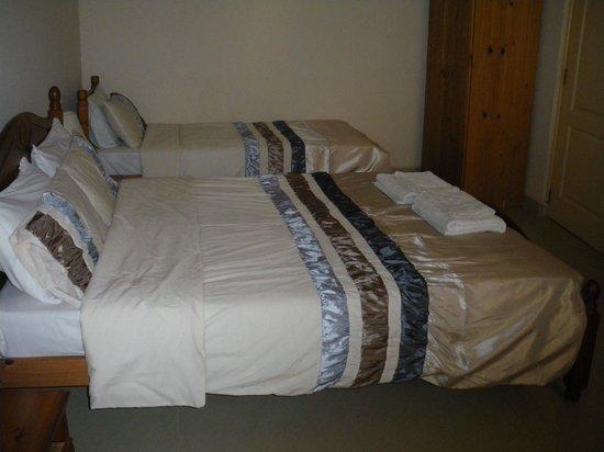 Devon Lodge: BEDROOM WITH EXTRA BED