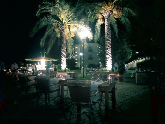 Ece Saray Marina & Resort : dinning outside near the marina