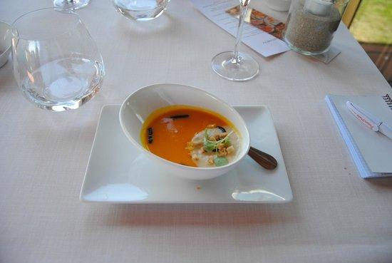 Alameda Restaurant: Aperitivo de la casa: Crema de calabaza con hinojo