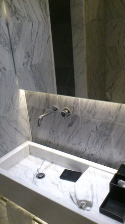 La Suite West - Hyde Park: Bathroom Sink