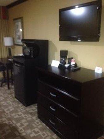 Quality Inn: Flat Screen TVs & Mini Fridge!