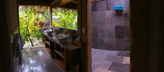Aitutaki Escape: shower entry and sinks.