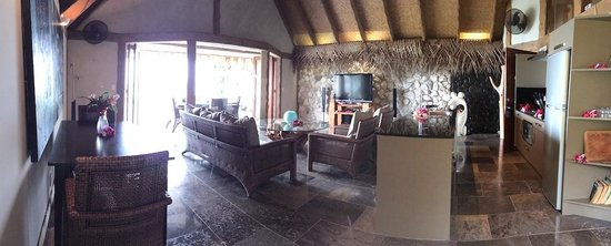 Aitutaki Escape: Pictures do not do this justice- the living area and kitchen is enormous!