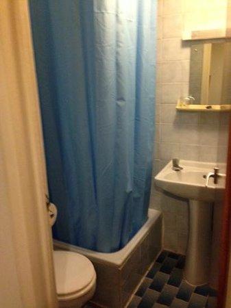 Notting Hill Hotel: voici la salle d'eaux, invisible sur leur site!