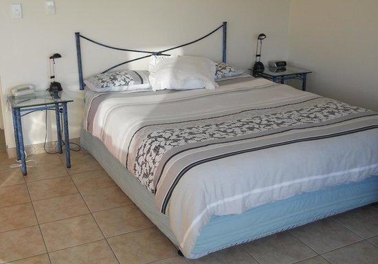 Ahipara Bay Motel: Modern bedroom. Very comfortable king-sized bed.