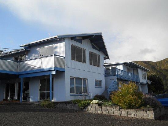 Ahipara Bay Motel: Office (downstairs) and restaurant (upstairs).