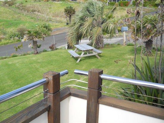 Ahipara Bay Motel : Picnic table beside our room.