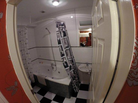 Bank House: Cuarto de baño con jacuzzi