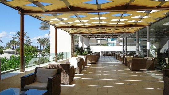 Constantinou Bros Pioneer Beach Hotel : The beautiful terrace