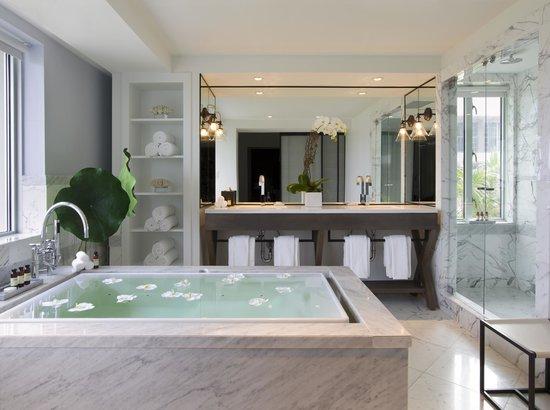 Hotel Victor: King Suite Bathroom