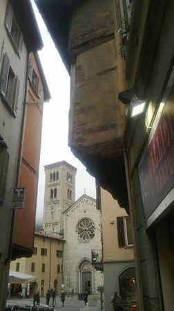 la Basilica di San Fedele che si vede da sotto la  casa del 1500