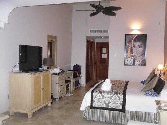 Grand Palladium Kantenah Resort and Spa: spacious room - just small part
