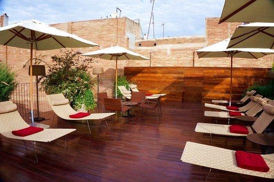 Mercer Hotel Barcelona : pool chairs