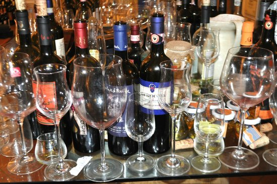 Accademia del Buon Gusto : No place to put your glass.