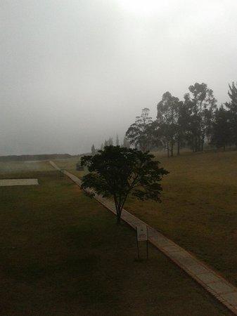 Estelar Paipa Hotel & Convention Center: Vista quarto - Amanhecer com neblina