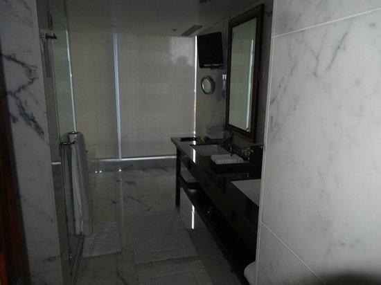 Shangri-La Hotel, Vancouver: Very Large bathroom