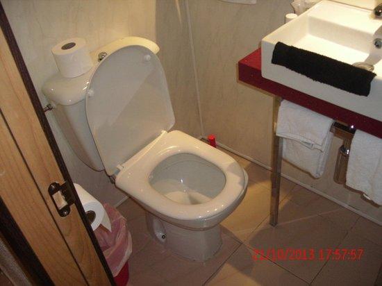 Caribbean Bay: Toilet sooo close to the sink