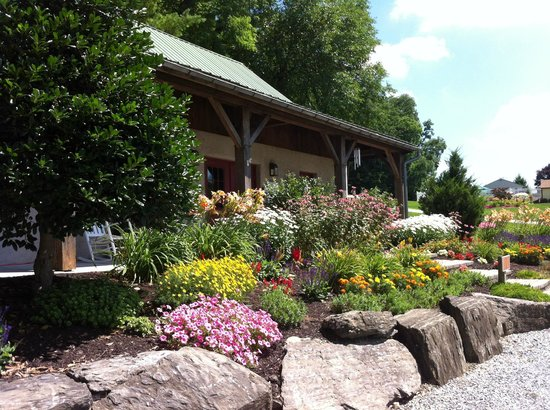 Country Acres Campground: Landscaping in front of office