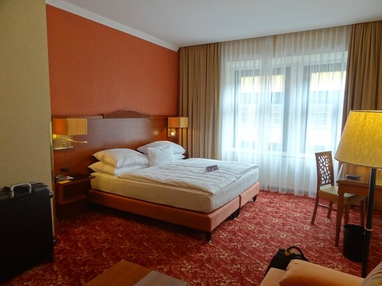 Mercure Josefshof Wien am Rathaus: Big room but drab