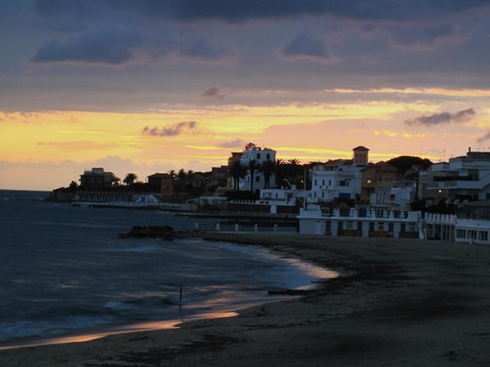 Hotel L'isola: Sunset at Marinella beach