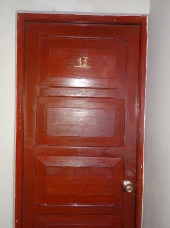 Hostal Del Inca: habitación 1er piso,sin ventanas,el baño no tiene desfogue a ningún lado