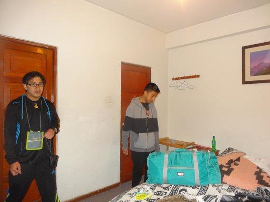 Hostal Del Inca: tres camas, un baño sin desfogue y sin ventanas, que horrible olor.....