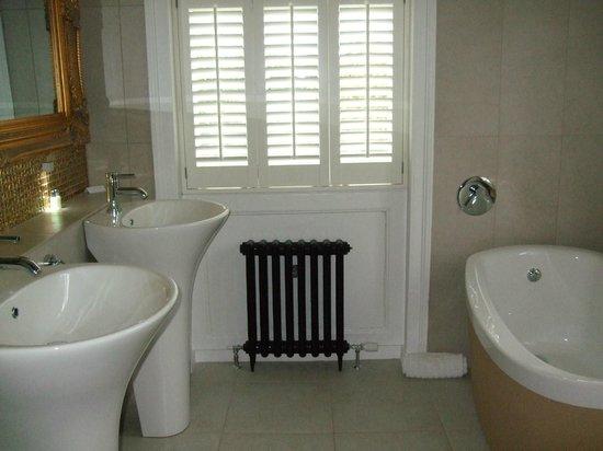 Edgar House: Huge Bathroom, 2 sinks, tub and walk-in shower