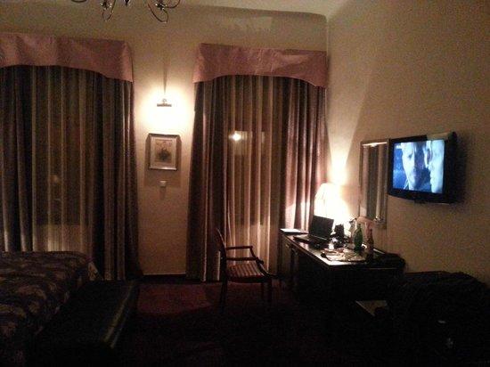 EA Embassy Prague Hotel: Kontorsdelen i rummet