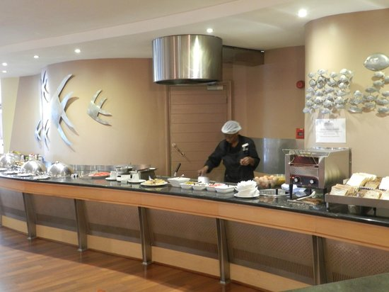 Protea Hotel by Marriott Knysna Quays: Omlette station at breakfast