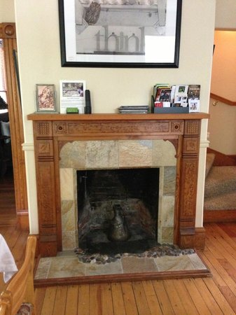 Pelton Guest House: Fireplace