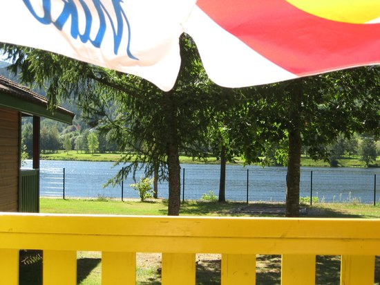 Camping Base de Loisirs du Lac de la Moselotte : Colourful sunshade