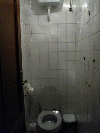 Hostal Nevada: Il bagno in camera (lavandino e vasca stavano da un'altra parte nella stanza).