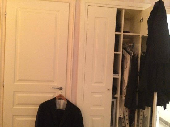 Hotel Ares Paris : 'Closet door' to left of closet is the toilet - bathroom/sink other side of closet