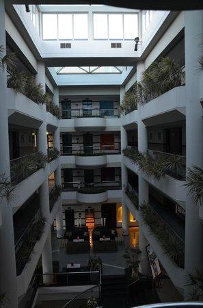 Mediterranean Beach Hotel: Atrium