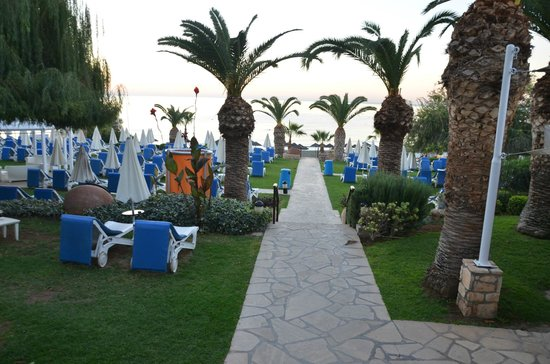 Mediterranean Beach Hotel: Grounds