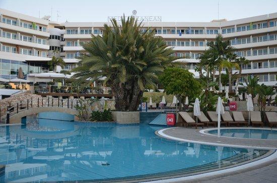 Mediterranean Beach Hotel: Grounds