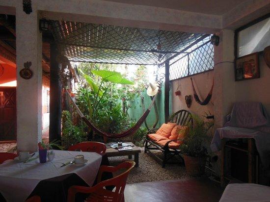 L'Hotelito: Sala de estar que rodea el comedor - con Wifi y PC