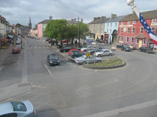 Cahir House Hotel: Looking out from our room to the town square.