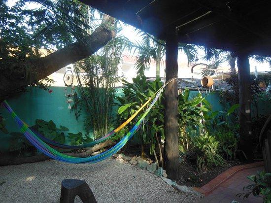L'Hotelito: Hamaca paraguaya al fondo del comedor- sala de estar