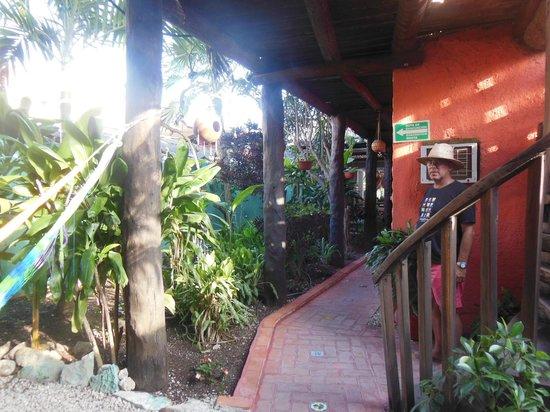 L'Hotelito: Patio interior al pie de la escalera que lleva al segundo piso