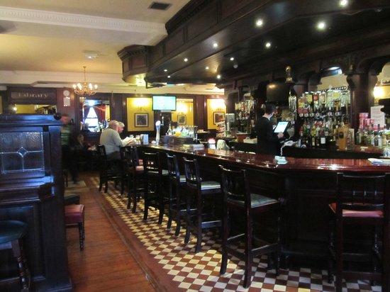 Cahir House Hotel: Pub on the main floor.