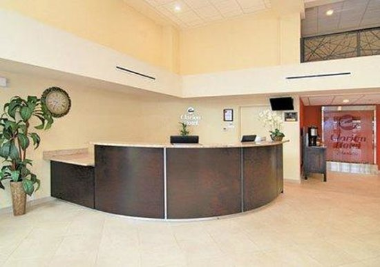 Clarion Hotel Airport & Conference Center: Front Desk