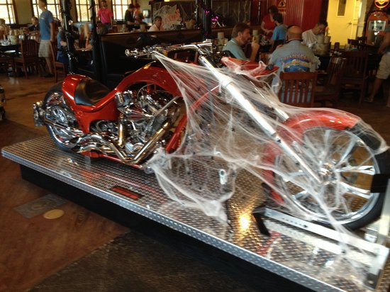 The Wicked Wheel Bar & Grill: Cool bike when you first come in, decorated for Halloween.