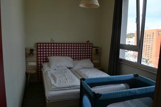MEININGER Hotel Salzburg City Center: letto doppio all'austriaca