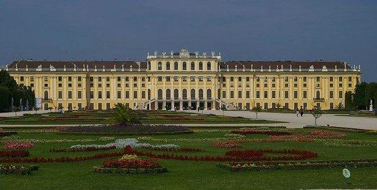 Angel's Place Vienna: Schonbrunn is only a 10 min. walk away from Angel's Place!
