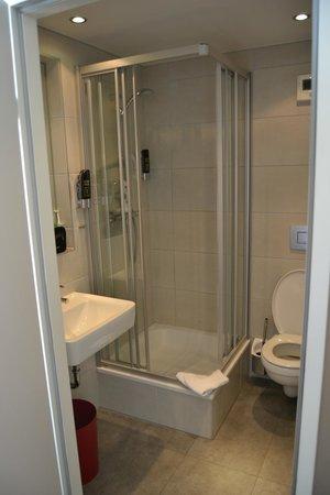 MEININGER Hotel Salzburg City Center: bagno nuovo pulitissimo