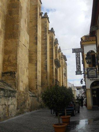 Hostal El Triunfo: L'hotel visto dall'esterno. Davanti all'hotel si può notare la Mezquita