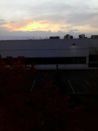 Homewood Suites Detroit Troy: Sunset from third floor, room 321